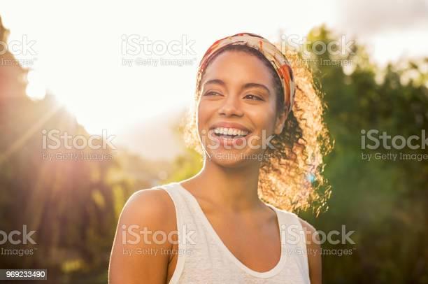 Junge Afrikanische Frau Lächelnd Bei Sonnenuntergang Stockfoto und mehr Bilder von 20-24 Jahre