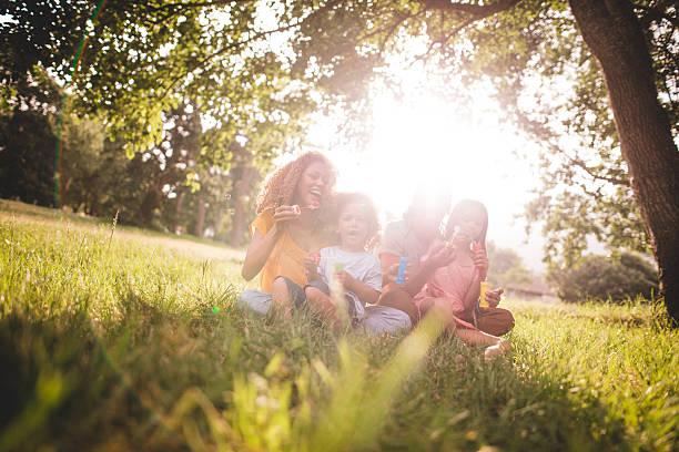 junge afroamerikanische familie für die wertvolle zeit für die familie in pa - kinder picknick spiele stock-fotos und bilder