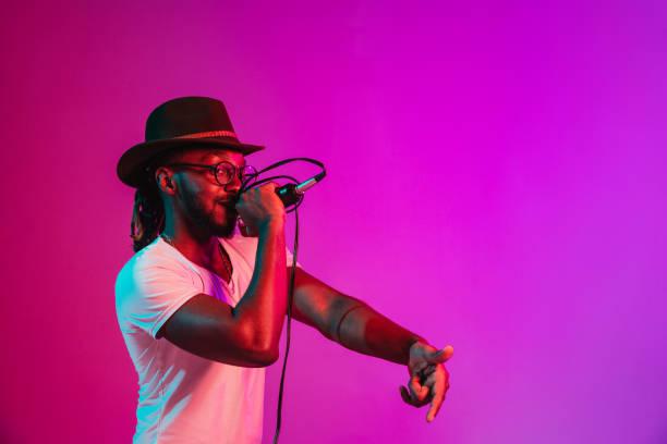 Junger afrikanisch-amerikanischer Jazzmusiker singt ein Lied – Foto