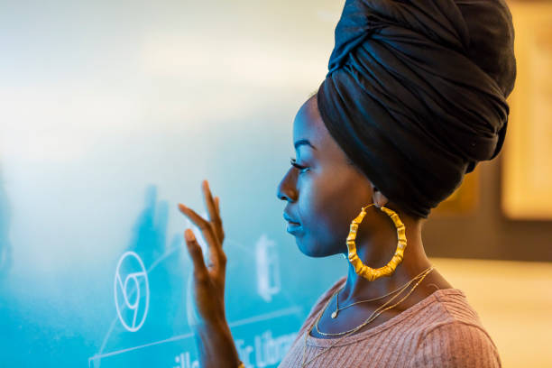 Junge Afroamerikanerin mit interaktiven display – Foto
