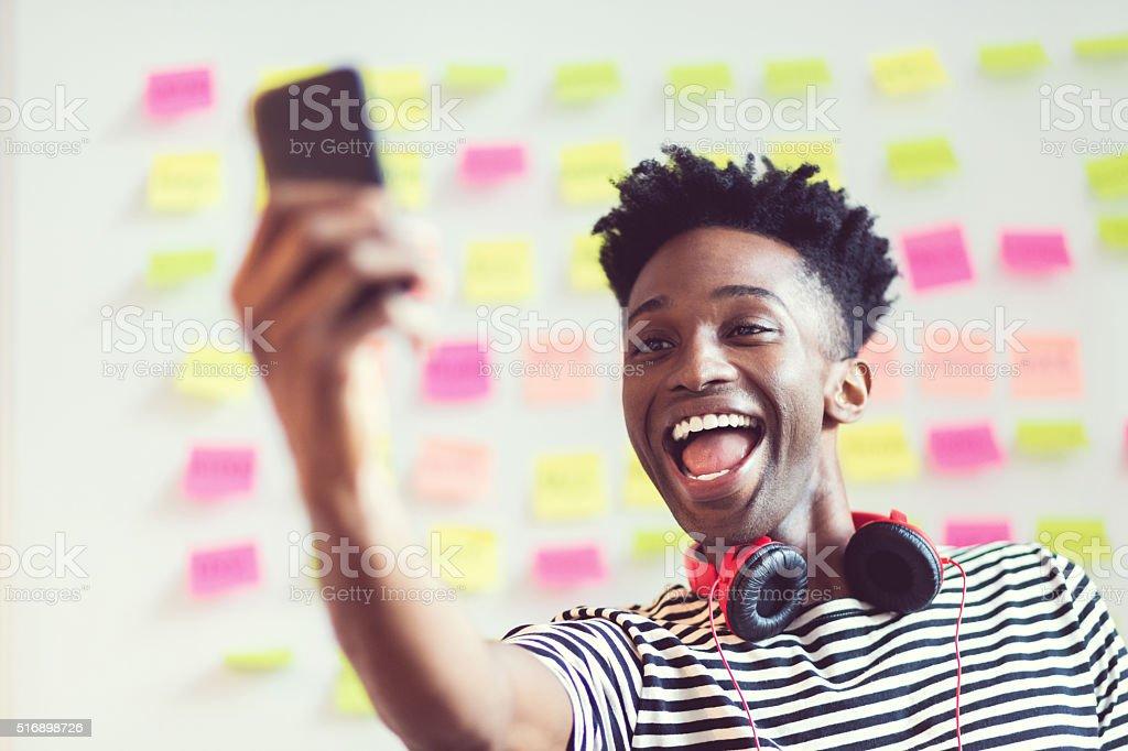 Jeune afro-américaine en prenant selfie dans un bureau - Photo