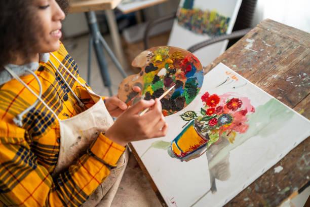 genç afro kadın çizim - akrilik boyama stok fotoğraflar ve resimler