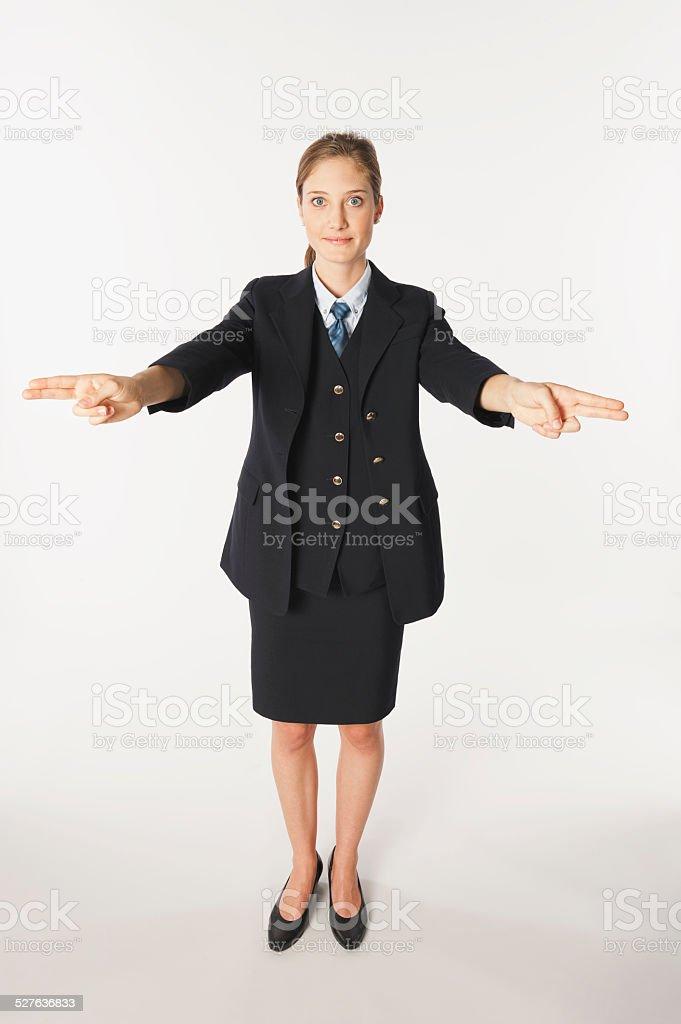 Joven aire camarera realiza emergencia, instrucciones - foto de stock