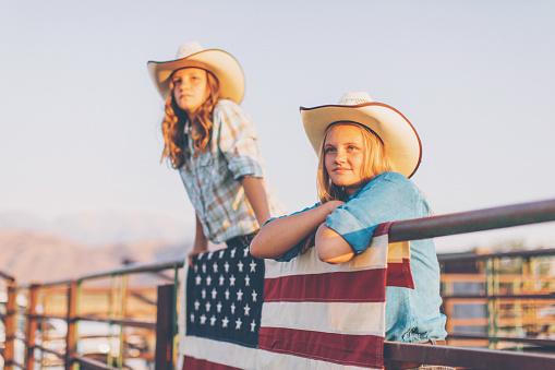 Junge Amerikanische Cowgirls Beim Rodeo Stockfoto und mehr Bilder von 12-13 Jahre