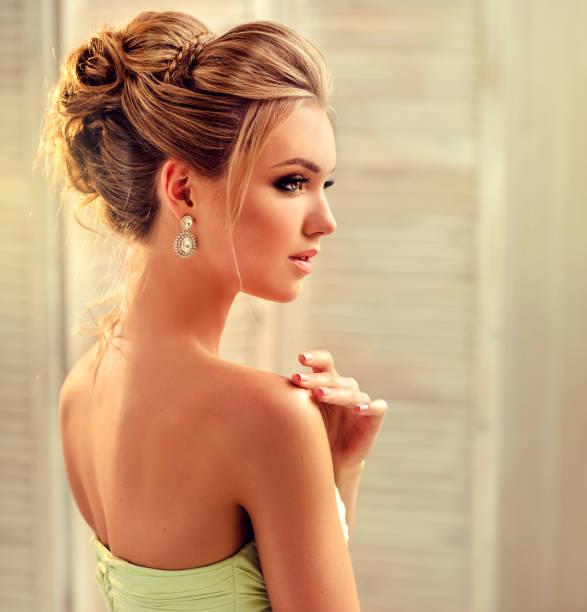 junge und attraktive blonde modell gekleidet in abendkleid und schmuck ohrringe. - brautstyling stock-fotos und bilder