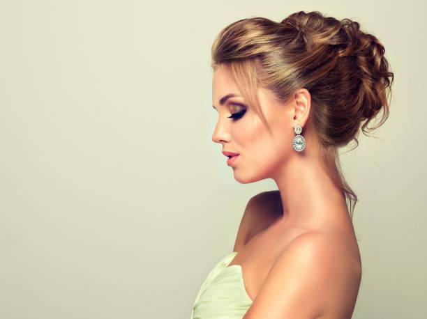junge und attraktive blonde modell gekleidet in abendkleid und schmuck ohrringe. - frisuren für schulterlanges haar stock-fotos und bilder
