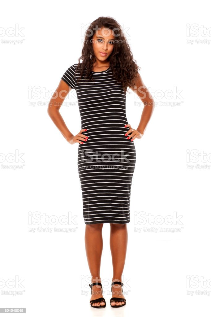 jeune femme peau assez sombre posant sur fond blanc - Photo