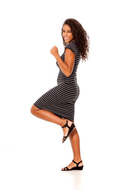 jeune et jolie noir peau femme à remporter le geste sur fond blanc - Photo