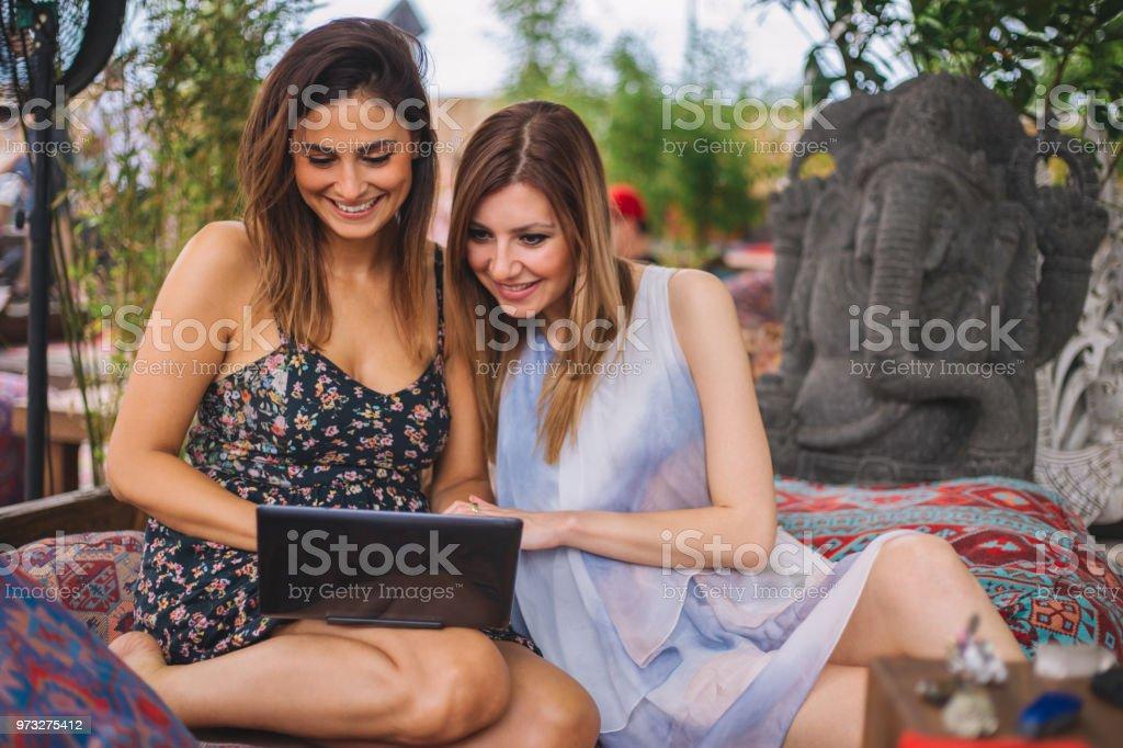 Jóvenes Y Chicas Guapas Sentado Y Trabajando En Una