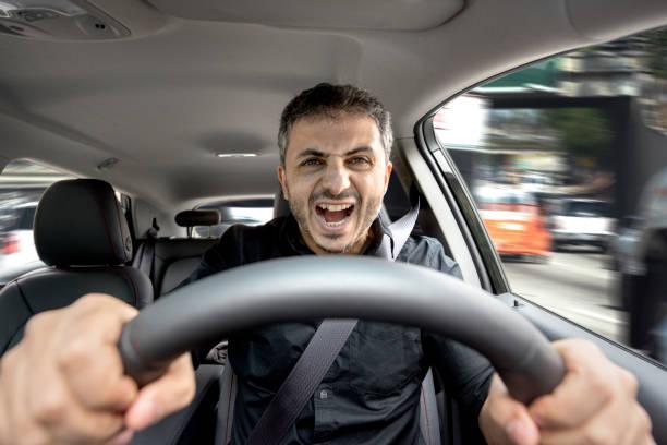 jeune homme en colère, conduisant son véhicule - homme faire coucou voiture photos et images de collection