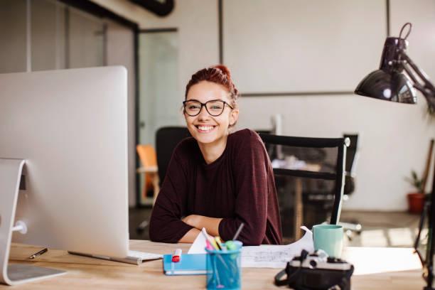 jóvenes arquitectos en el trabajo - trabajo freelance fotografías e imágenes de stock