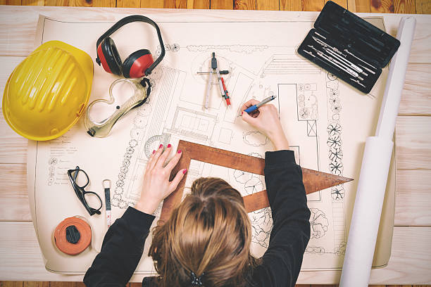 Young architect doing work in her studio.​​​ foto
