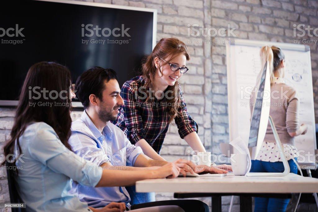 Jóvenes arquitectos trabajando en proyecto en la oficina - foto de stock