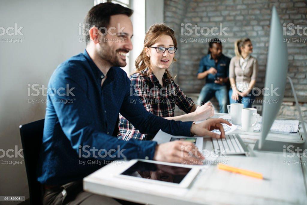 年輕建築師在辦公室工作專案 - 免版稅一起圖庫照片