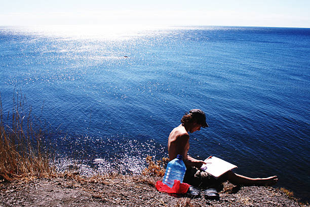 Junge Künstler malen eine wunderschöne Küstenlandschaft – Foto