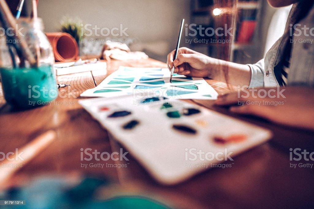 Junge Künstler lernen, wie man Formen zeichnen – Foto