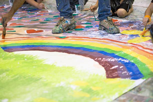 junge künstler - malerei schuhe stock-fotos und bilder