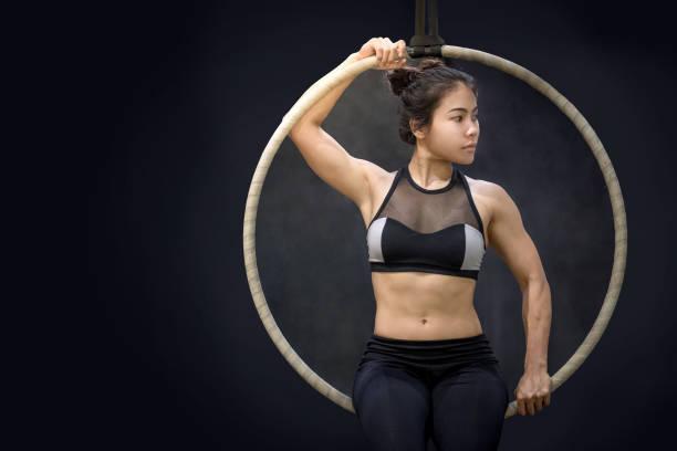 junge asiatin akrobatische ihre gymnastik leistung aerial hoop - hula hoop workout stock-fotos und bilder