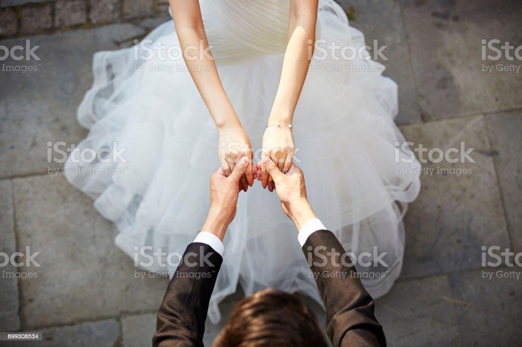 jóvenes asiáticos bailando en vestido de novia - foto de stock