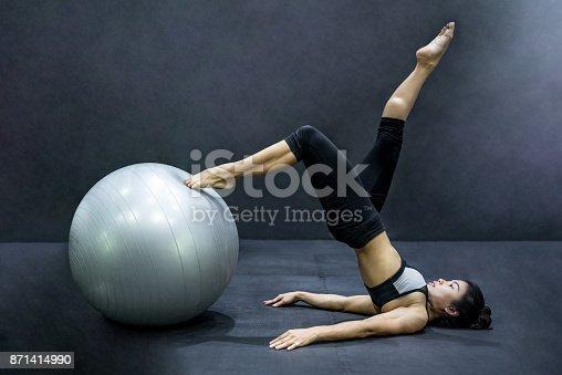 istock Mujer joven atleta asiático haciendo a pilates ejercicios con pelota  de ejercicio 871414990 e3e6ef64e507