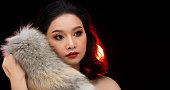 アジア若い黒髪の毛皮の女性火赤画面