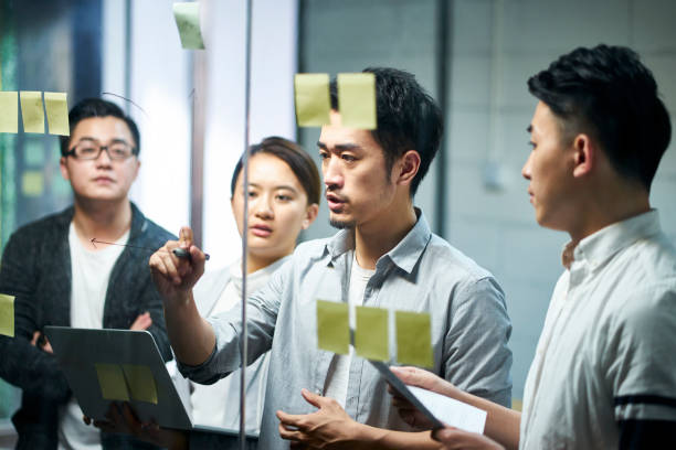 年輕的亞洲商人會議在辦公室 - 亞洲 個照片及圖片檔