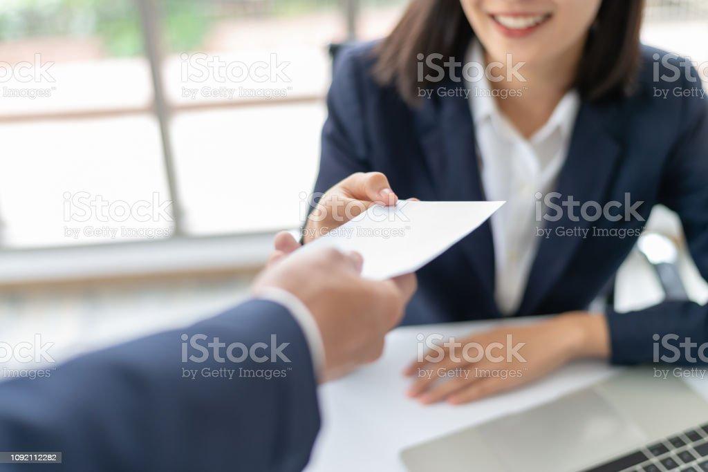 Junge asiatische Geschäftsfrau, Gehalt oder Bonus Geld vom Chef oder Manager im Büro gerne empfangen. - Lizenzfrei Arbeiten Stock-Foto