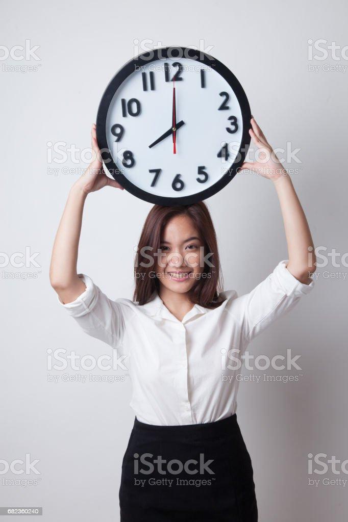 Mujer de negocios joven asiática con un reloj despertador. foto de stock libre de derechos