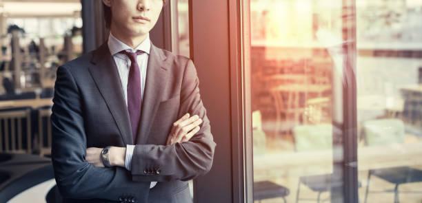事務室で若いアジア系のビジネスマン。 - 画像効果 ストックフォトと画像