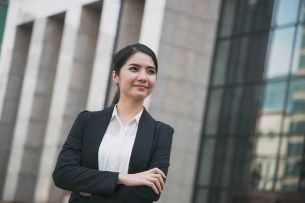 Junge asiatische geschäftsfrau schön auf der Suche nach etwas. Panorama-Banner mit Textfreiraum. – Foto