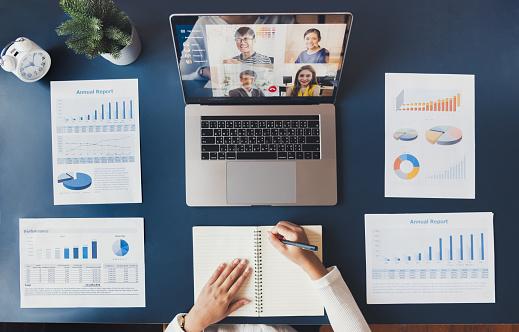 パソコンと資料|KEN'S BUSINESS|ケンズビジネス|職場問題の解決サイト