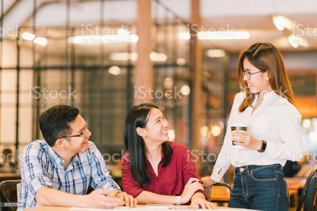 アジアの若い大学生学生や同僚懇話会、喫茶店、多様なグループです。カジュアルなビジネス、カフェ、または教育コンセプトでフリーランスの仕事 ストックフォト