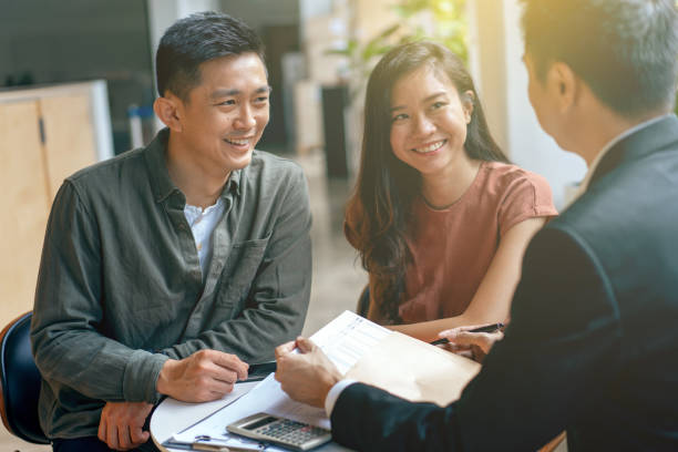 joven pareja asiática y agente disucss planificación financiera - planificación financiera fotografías e imágenes de stock