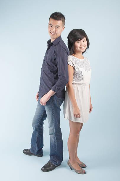 giovane asiatica coppia in piedi insieme - bassino foto e immagini stock
