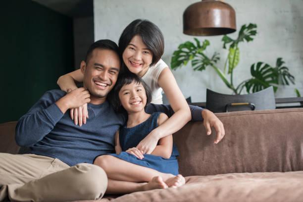 jovem família asiática em casa. - malásia - fotografias e filmes do acervo