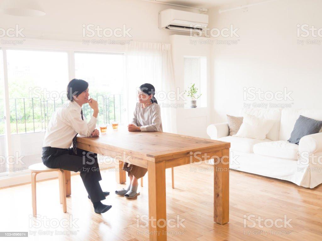 若いアジア家族のリビング ルームでの話 ストックフォト