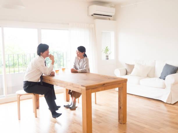若いアジア家族のリビング ルームでの話 - ライフスタイル ストックフォトと画像