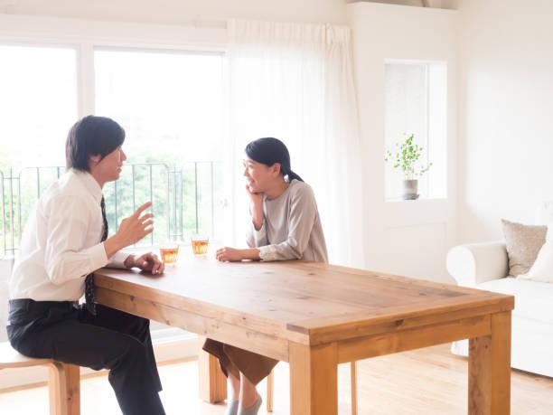 若いアジア家族のリビング ルームでの話 - 夫婦 ストックフォトと画像