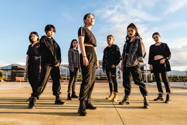 unga asiatiska vänner - street dance bildbanksfoton och bilder