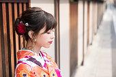 若いアジアの女の子は、着物 (日本の伝統的な服) を着ています。