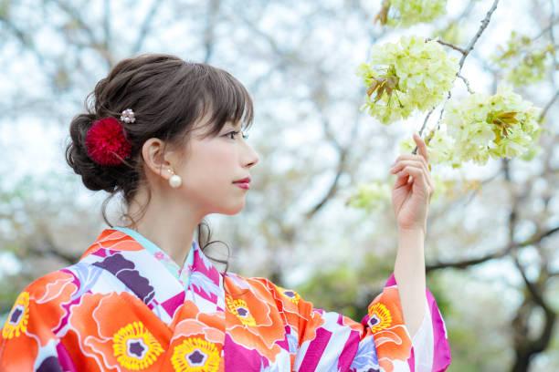 若いアジアの女の子は、着物 (日本の伝統的な服) を着ています。 - kimono ストックフォトと画像