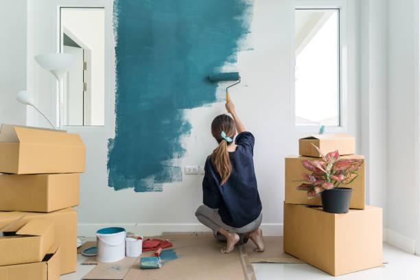 jonge aziatische gelukkige vrouw schilderij interieur wand - verf stockfoto's en -beelden