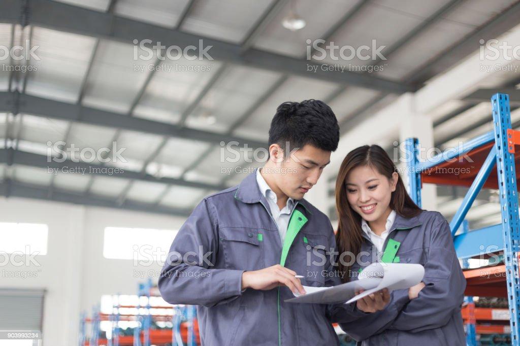 junge asiatische Mann und Frau arbeiten in Werkstatt – Foto