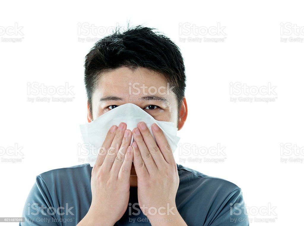 Jeune asiatique homme souffle son nez photo libre de droits