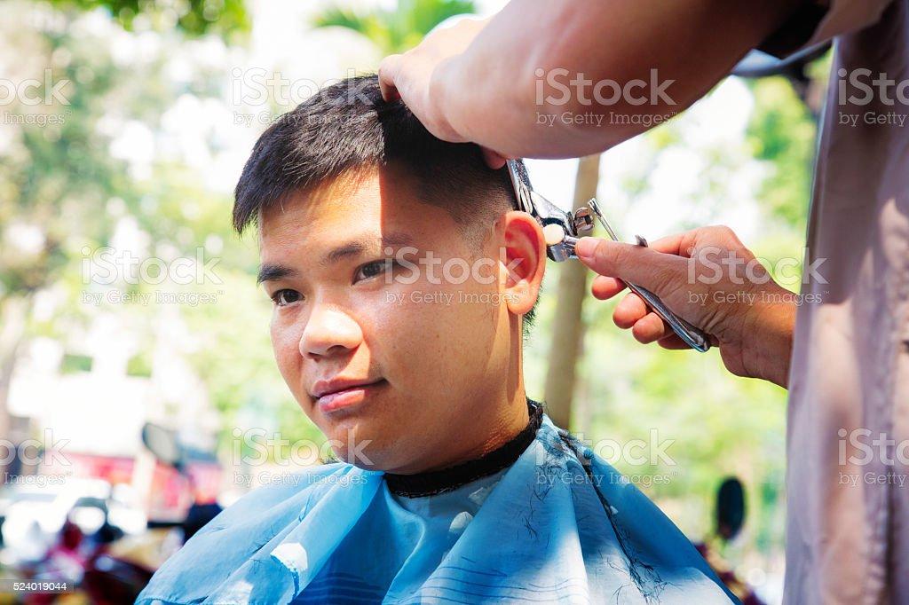 Photo Libre De Droit De Coupe De Cheveux Jeune Homme Asiatique En Plein Air Se Deplacer A Hanoi Viet Nam Banque D Images Et Plus D Images Libres De Droit De A La Mode