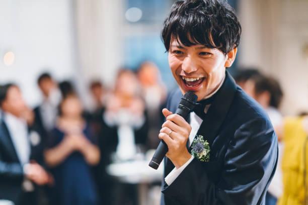 junge asiatische mann im smoking, die gerne singen - hochzeitsanzug herren stock-fotos und bilder