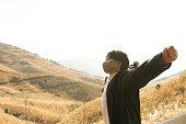 若いアジア人の男は風景を見る