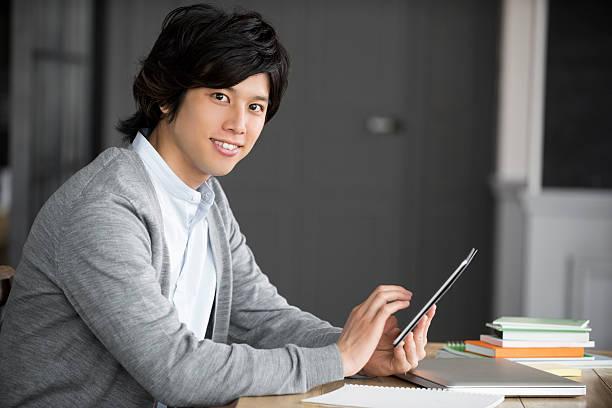 若いアジア人のデジタルタブレットを使用して、 ストックフォト
