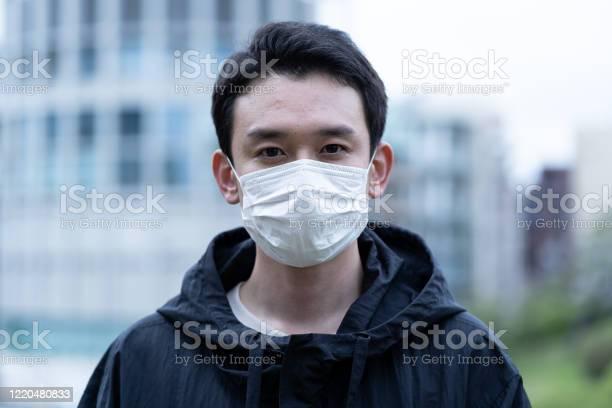 若いアジア人のマスクを着用 - 1人のストックフォトや画像を多数ご用意