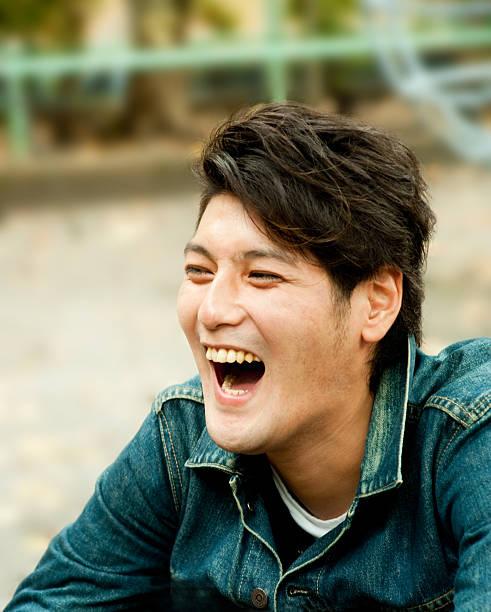 Hombre joven asiática con el hardy reír - foto de stock